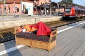 Вот немецкий диван и спящий немец в нем